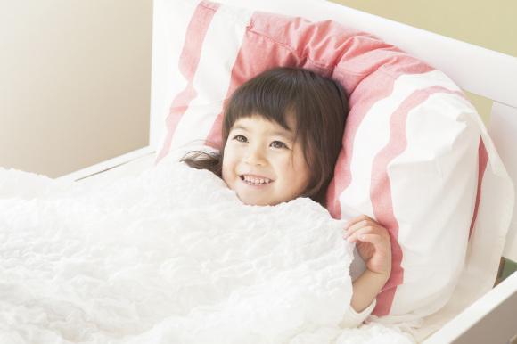 ベッドに寝る女の子