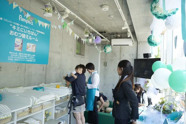 2階のおむつ替えルームは製品を無料体験できる場に。奥には子どもが遊べるキッズスペースを完備