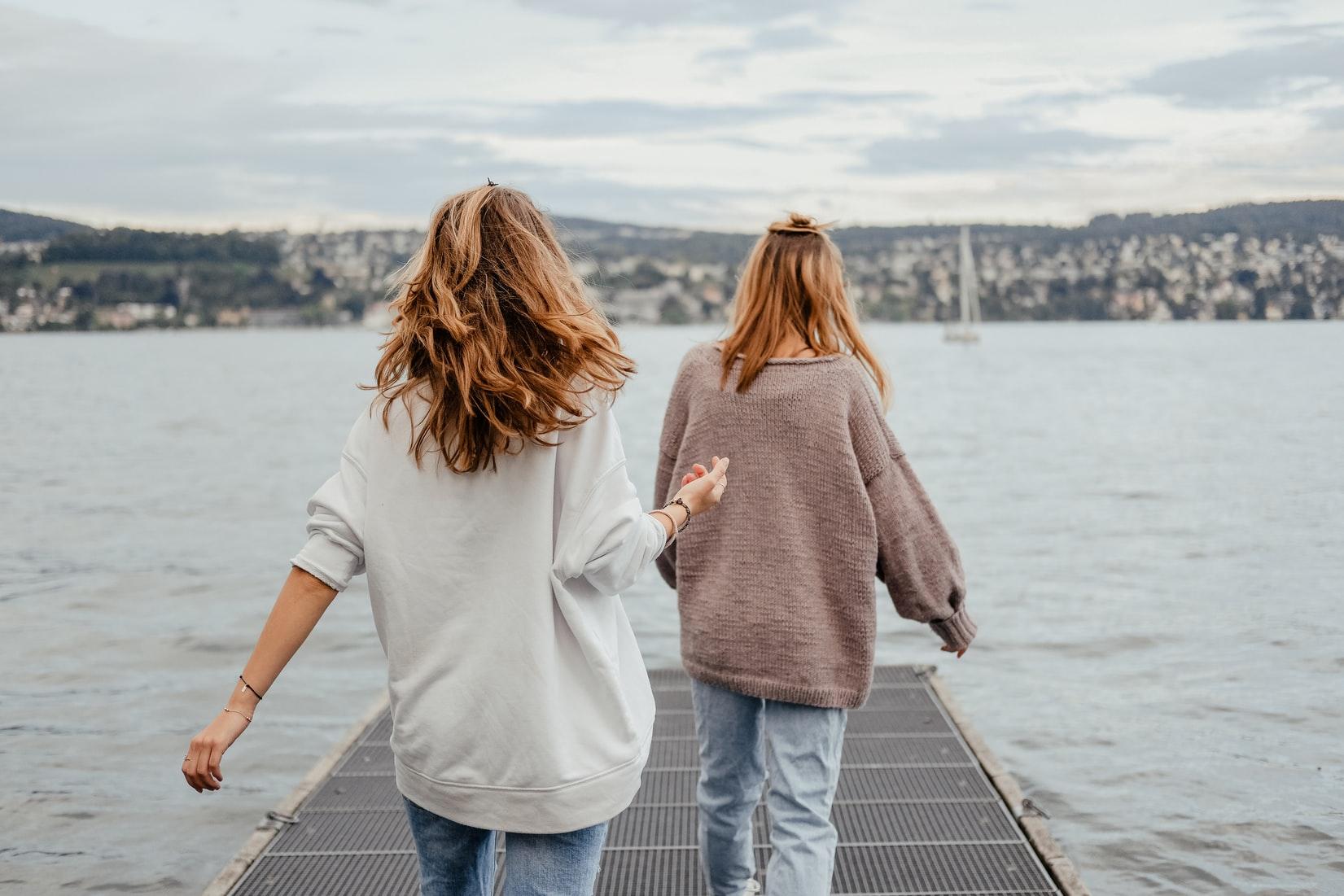 海辺を歩く女性達