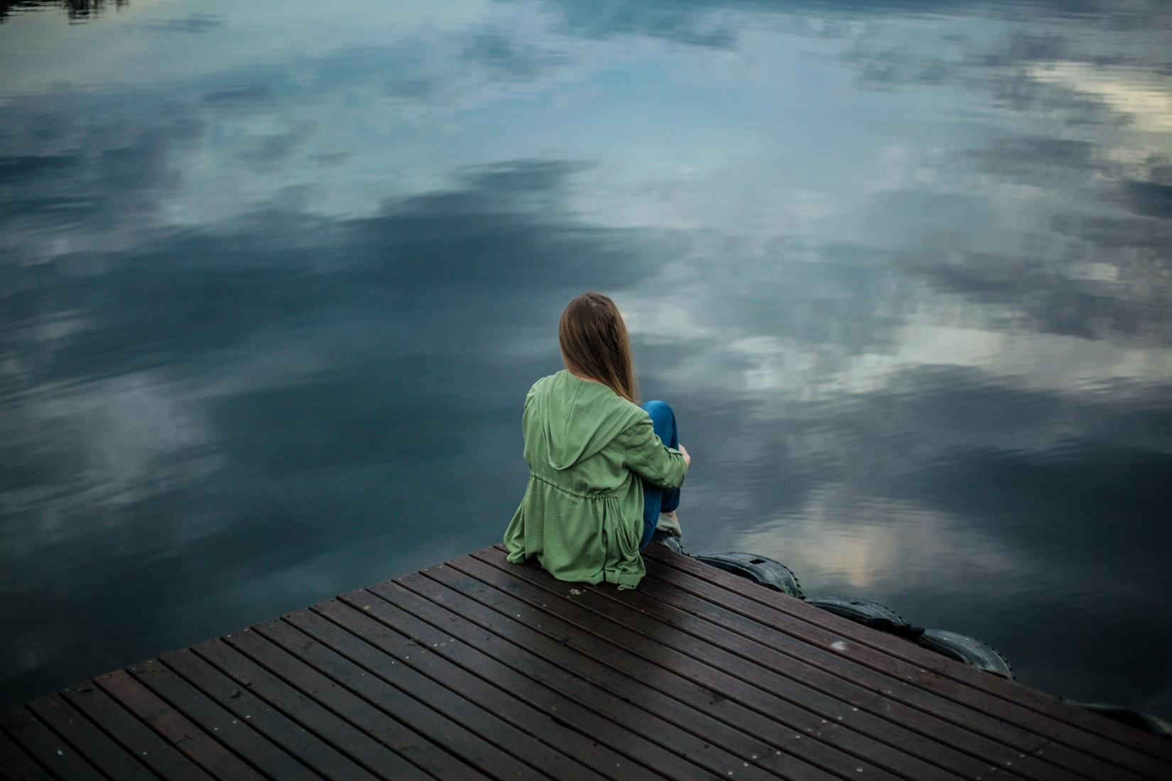 一人で座る女性