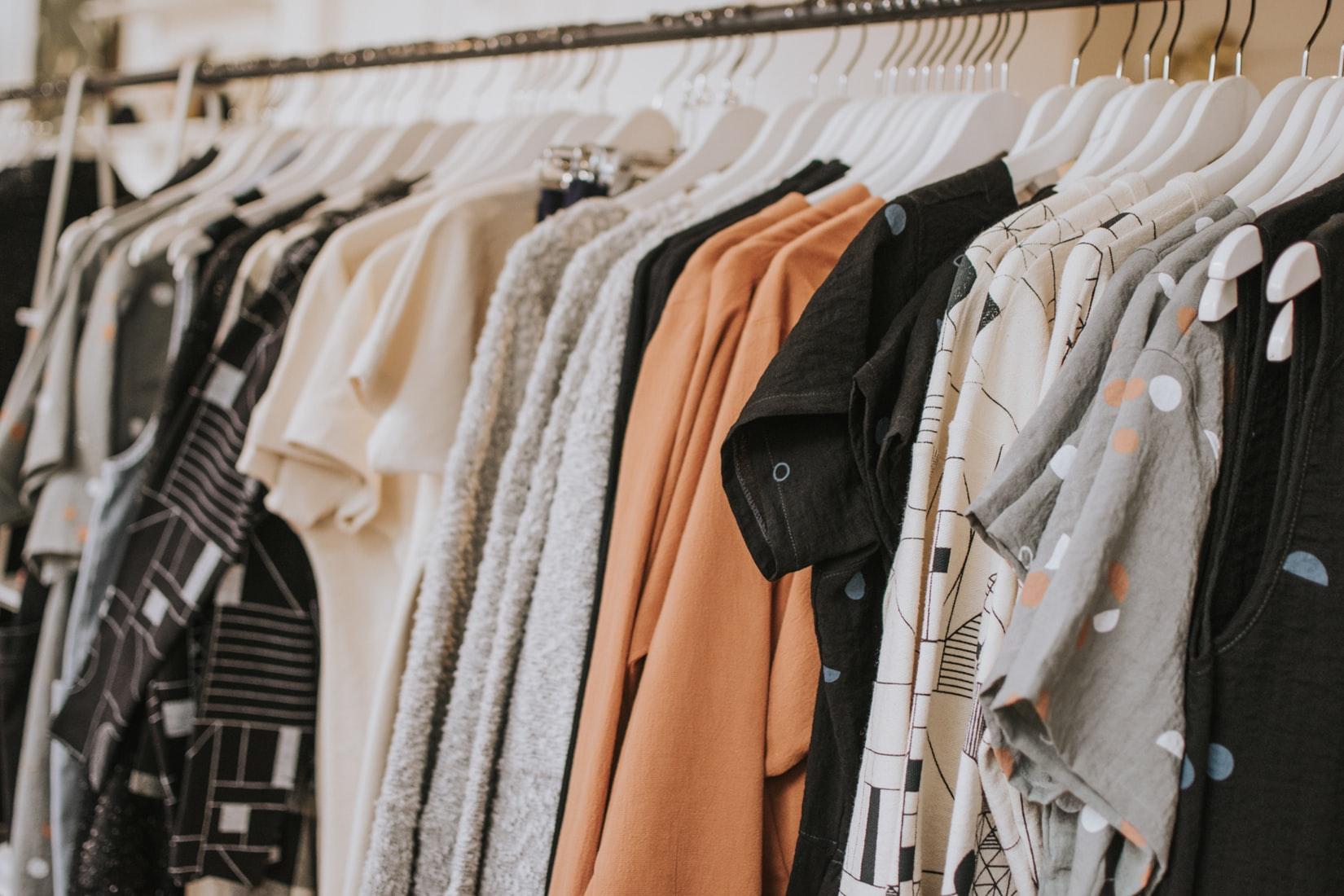 たくさん掛けられている服