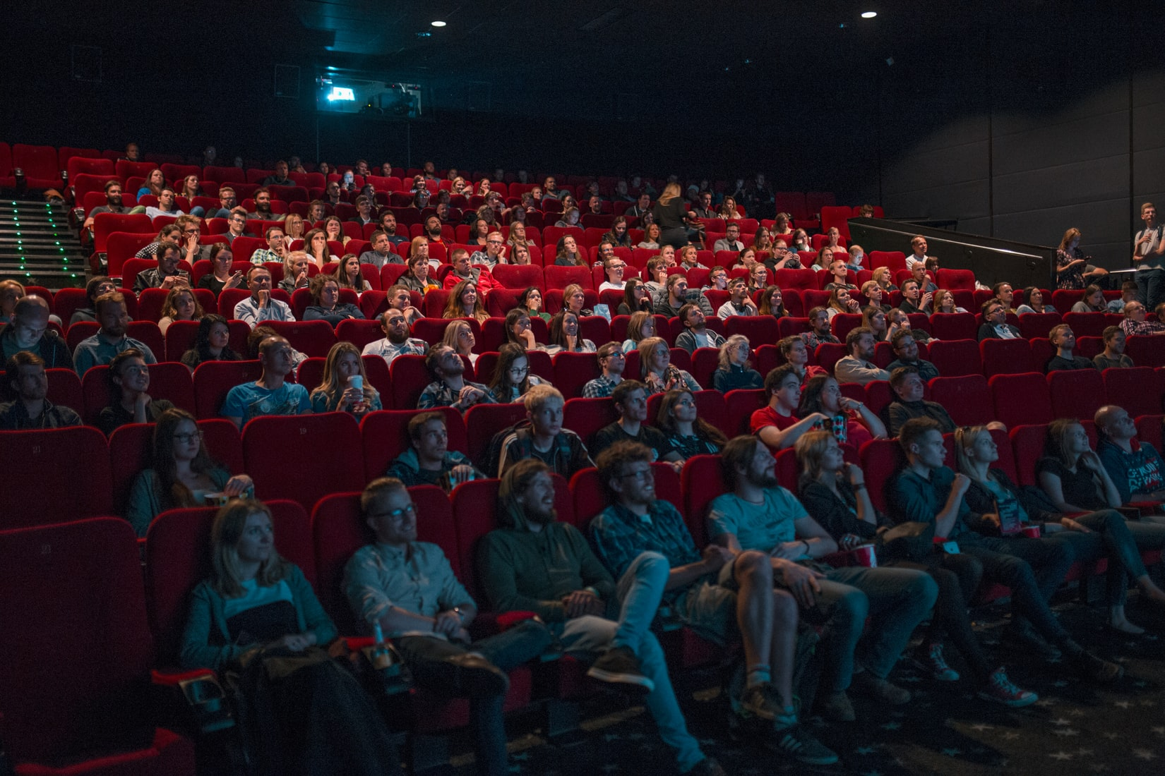 映画館で鑑賞する人々