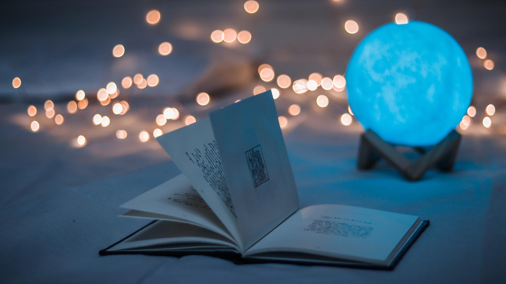 青い光の中で本を読む